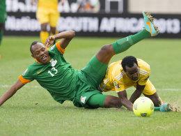 Stopilla Sunzu (l., Sambia) kämpft um den Ball