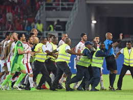 Rajindraparsad Seechurn wird von tunesischen Spielern bedrängt