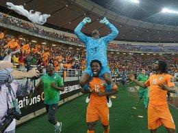 Legendenbildung: Der ivorische Schlussmann Barry, hier auf dem Rücken von Bony, jubelt über den Titelgewinn.