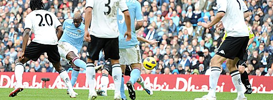 Mario Balotelli (Manchester City) trifft zum 1:0
