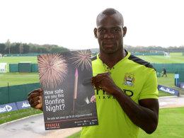 Mario Balotelli (Manchester City) mit einem Plakat zur Warnung vor den Gefahren beim Umgang mit Feuerwerkskörpern