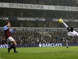 Spektakulär zu Führung: Adebayor (re.) markiert per Fallrückzieher das 1:0 für die Tottenham Hotspur