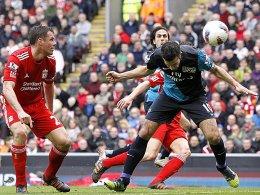 Der erste Streich: Arsenals Robin van Persie trifft per Kopf zum zwischenzeitlichen Ausgleich.