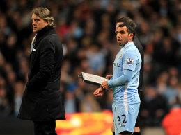 Es ist so weit: Tevez wird eingewechselt. Mancini schaut noch skeptisch, doch der Joker legte später den Siegtreffer auf.