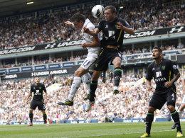 Gareth Bale (l.) im Duell mit Norwichs Jonny Howson