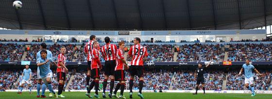 Aleksandar Kolarov (r.) trifft per Freistoß zum 1:0 für ManCity gegen Sunderland