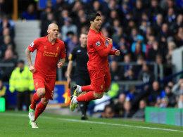 Provokanter Jubel: Luis Suarez feiert das 1:0 mit einer Schwalbe vor der Everton-Bank.