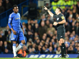 John Obi Mikel und Referee Mark Clattenburg