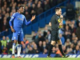 John Obi Mikel und Mark Clattenburg beim Ligaspiel zwischen Chelsea und Manchester United (2:3)