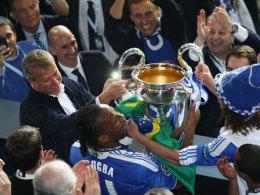 Roman Abramovich legt in München Hand an den Champions-League-Pokal