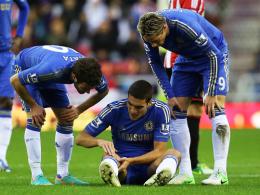 Kniefall: Chelseas Oriol Romeu hat sich schwer verletzt, Mata (li.) und Fernando Torres kümmern sich um den Spanier.