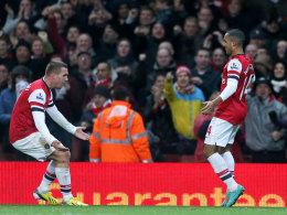 Lukas Podolski (li.) und Theo Walcott