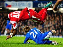 Da war auch Rot vorstellbar: Marko Marin bei seinem überharten Foul gegen QPR-Akteur Mbia.
