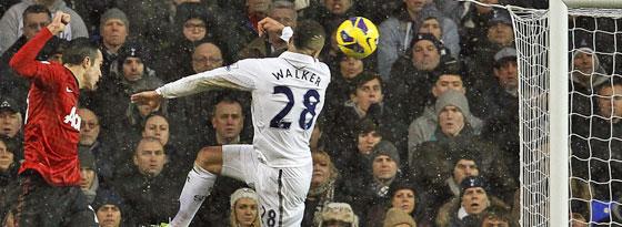 Robin van Persie nickt zur Führung ein - Tottenhams Walker kommt zu spät.
