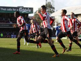 Bienenschwarm: Brentfords Spieler freuen sich nach Marcello Trottas (Mitte) Tor zum 1:0.