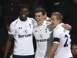 Gareth Bale mit Emmanuel Adebayor (li.) und Lewis Holtby (re.)