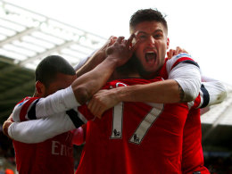 Olivier Giroud (r.) und Theo Walcott (l.) herzen Arsenal-Matchwinner Nacho Monreal.