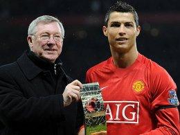 Gemeinsames Kapitel: Sir Alex Ferguson und Cristiano Ronaldo, der hier die Weltfußballer-Trophäe präsentiert.