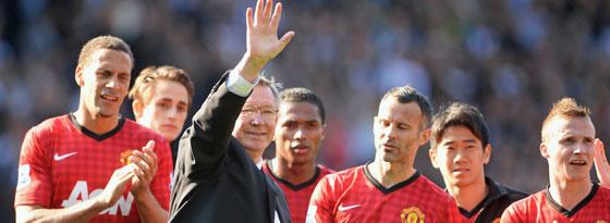Ein letzter Gruß: Sir Alex Ferguson winkt den Fans bei seinem letzten Spiel als United-Trainer zu.