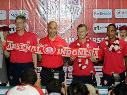 Arsene Wenger (l.), mit Geschäftsführer Ivan Gazidis und den Stars Jack Wilshere und Theo Walcott