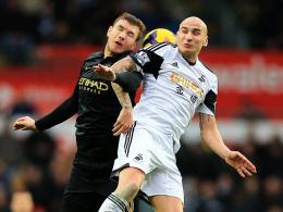 Intensive Zweikämpfe: Manchester-City-Angreifer Edin Dzeko (li.) gegen Swanseas Jonjo Shelvey.