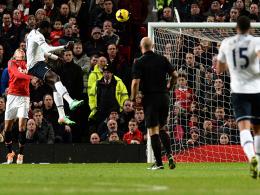 Perfekte Haltung: Tottenhams Adebayor köpft zum 1:0 in Manchester ein.