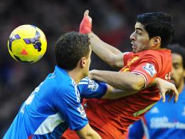 Goalgetter: Liverpools Luis Suarez, rechts gegen Hulls Liam Rosenior, erzielte seinen 20. Saisontreffer.