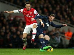 Özil und Rooney im Zweikampf