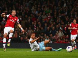 Lukas Podolski (li.), Winston Reid