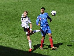 Befreiungsschlag blieb aus: Fulhams Lewis Holtby (gegen Hulls Curtis Davies) muss weiter mit seinem Team um den Klassenerhalt bangen.