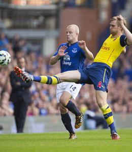 Dieses Mal Sieger: Arsenal-Kapit�n Per Mertesacker mit langem Bein vor Evertons Steven Naismith.