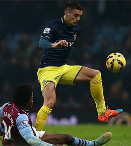Southamptons Tadic wird von Villas Sanchez (li.) gestoppt.