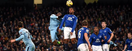 Einer der Aufreger: Eliaquim Mangala springt Samuel Eto'o mit gestrecktem Bein in den Rücken, kommt aber ohne Platzverweis davon.