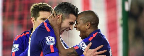 Siegesschreie: Robin van Persie (li., beglückwünscht von Ashley Young) sichert United den Sieg in Southampton.