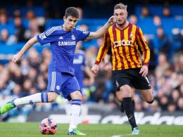 Scheiterte mit Chelsea an Drittligist FC Bradford: Oscar (li.) gegen Gary Liddle.