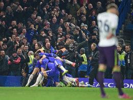 Der FC Chelsea feiert ausgelassen das 1:0 gegen Everton und Torschütze Willian