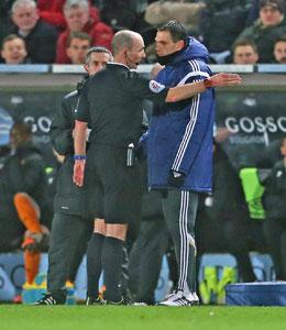 Eklat: Sunderlands Coach Gustavo Poyet (re.) wird nach einem Ausraster an der Seitenlinie auf die Trib�ne geschickt.