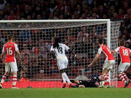 Bafetimbi Gomis erzielt das entscheidende 1:0 gegen Arsenal.