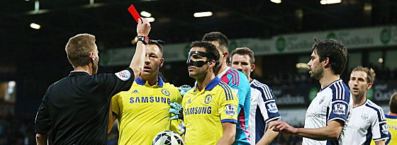 "Abflug: Referee Mike Jones zeigt ""Maskenmann"" Cesc Fabregas die Rote Karte."