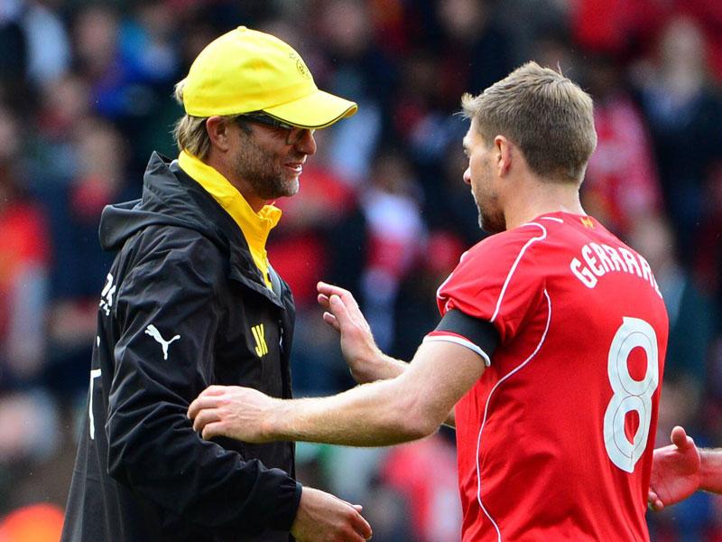 Jürgen Klopp mit Steven Gerrard im August 2014 nach einem Testspiel mit dem BVB in Liverpool (0:4).