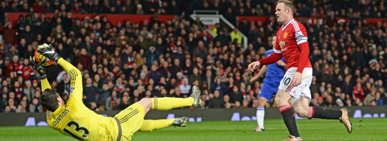 Bewahrte Chelsea mit starken Paraden vor einer Niederlage: Keeper Thibaut Courtois (hier gegen Wayne Rooney).
