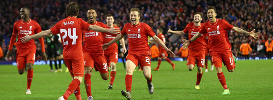 Joe Allen lässt sich von den Liverpooler Kollegen feiern
