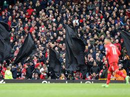 Schwarze Flaggen an der Anfield Road