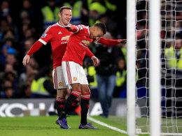 Wayne Rooney jubelt mit Jesse Lingard (r.) an der Stamford Bridge