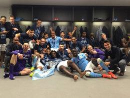 Manchester City feiert den Ligapokalsieg - abgesehen von Yaya Touré (ganz rechts)