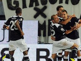 Miroslav Klose traf beim Sieg gegen Cesena entscheidend und feiert hier im Kreis seiner Teamkollegen.