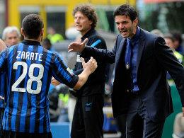 Furioser Auftakt auf der Inter-Bank: Andrea Stramaccioni bejubelt mit Mauro Zarate eines der Tore beim 5:4-Sieg.