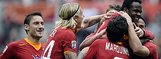 Lazio und Platz drei im Blick: Die Roma um die Torschützen Simplicio (oben) und Marquinhos (Nr. 7), links Totti und Kjaer.