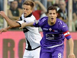 Verschoss kurz vor Schluss einen Elfmeter: Der Florentiner Jovetic (re.), hier gegen Parmas Galloppa.