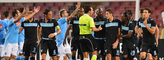 Moment der Ehrlichkeit: Lazios Miro Klose gibt sein Handspiel im Gespräch mit Schiedsrichter Luca Banti zu.